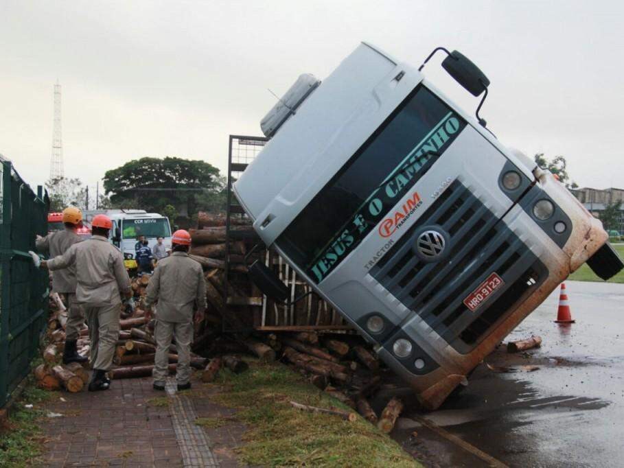 Caminhão parcialmente tombado em calçada de shopping. (Foto: Marcos Ermínio)