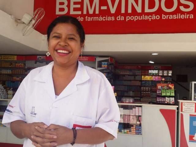 A gerente de farmácia Laurinéia, em frente ao trabalho, está otimista com a revitalização do centro. (Foto: Anahi Gurgel)