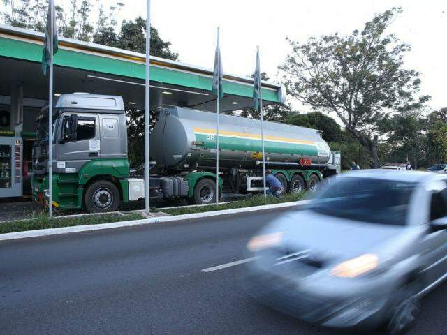 Caminhão da BR-Distribuidora em posto de combustível: em janeiro, consumidor terá aplicativo para acompanhar preços. (Foto: Marcello  Casal)