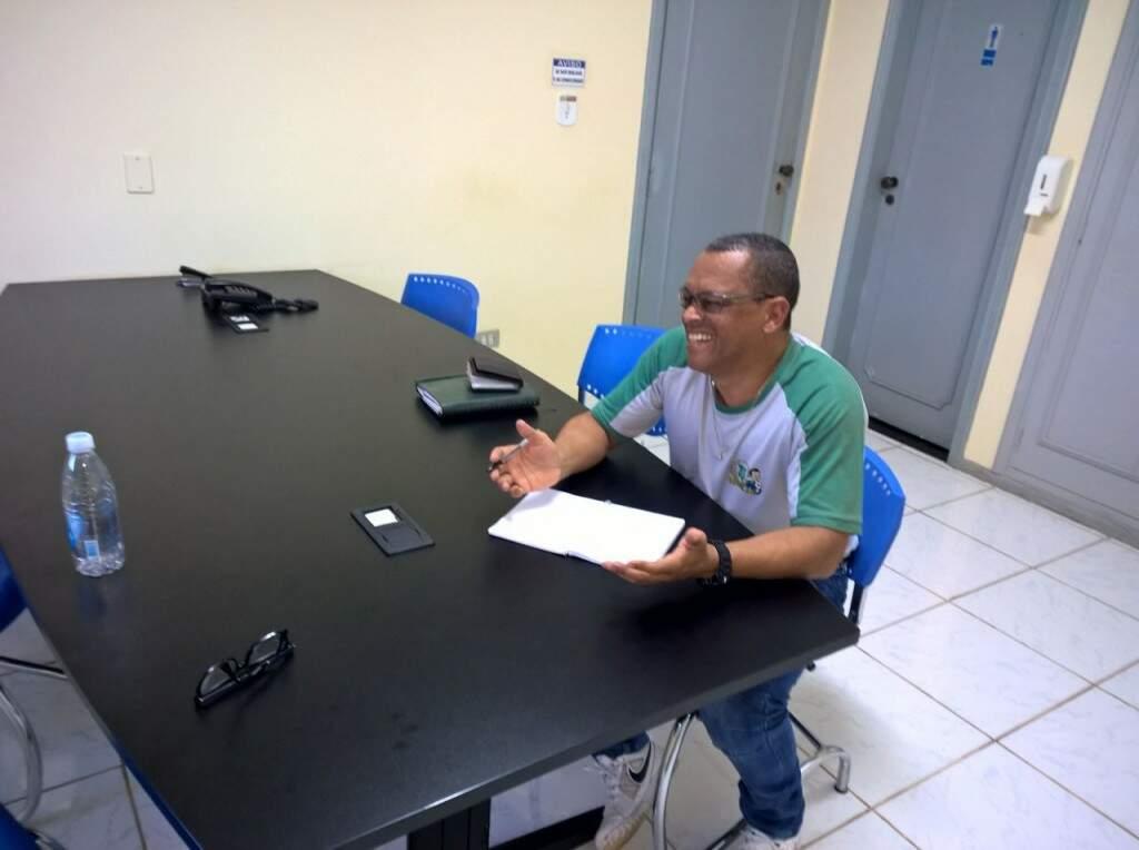 Julio Cezar, o Pelezinho, ex-atacante do Operário, comanda escolinha de futsal e futebol de campo há 31 anos (Foto: Paulo Nonato de Souza)