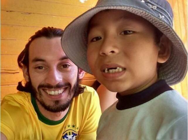 O jovem é voluntário dando aulas de português para crianças.(Foto: Arquivo Pessoal)