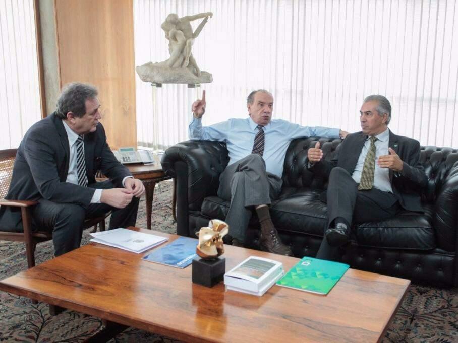 Ministro Aluíso Nunes sentado entre o governador (à direita) e o senador Moka (Foto:Luis Carlos Campos Sales/ACS senador Moka)