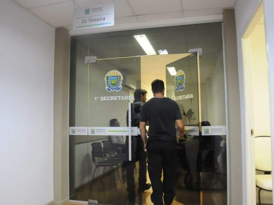 Policiais no gabinete do deputado Zé Teixeira (Foto: Paulo Francis)