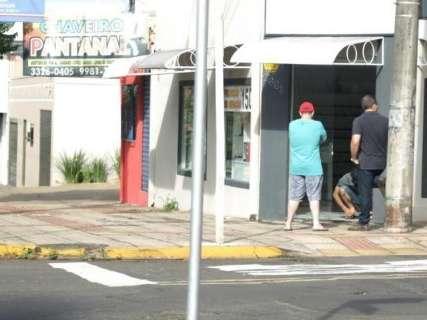 Ladrões invadem lojas no Centro e levam de óculos a trufa de chocolate