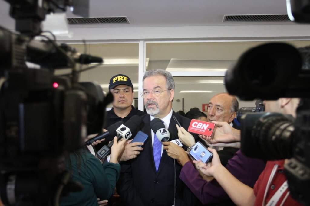 O ministro Raul Junggman na entrevista concedida aos jornalistas durante visita a Campo Grande nesta quinta-feira. (Foto: Saul Schramm)