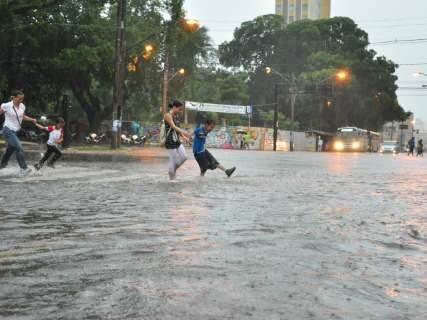 Pelo segundo dia seguido, chuva provoca transtornos para todo lado
