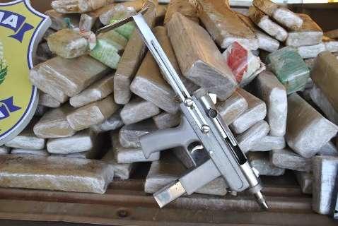 Dupla é presa com submetralhadora, pistola  e 168 quilos de droga