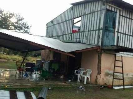 Vendaval com chuva derruba árvores e destelha casas no sudoeste do MS