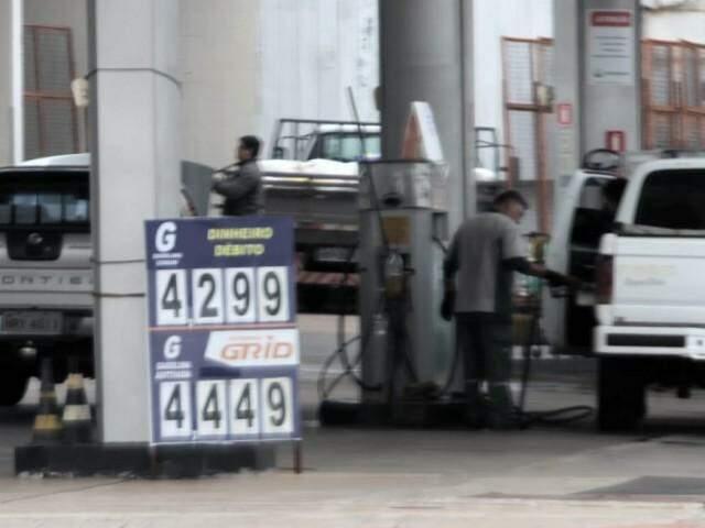 Consumidores já estão abastecendo com diesel mais barato na Capital (Foto: Saul Schramm)