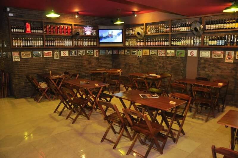 O bar abre de segunda à sábado, a partir das 17h e o endereço certinho é rua Barão do Rio Branco, 2141.