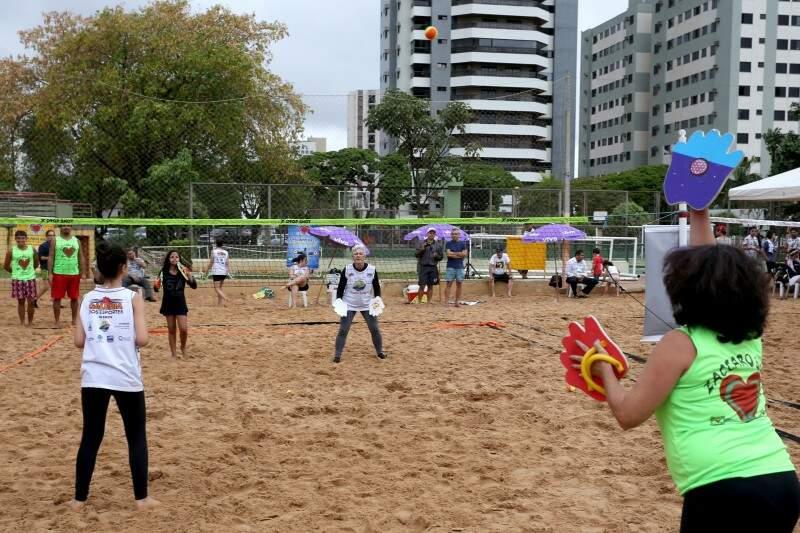 As regras são uma mistura de vôlei e o tênis (Foto: Marcelo Victor)