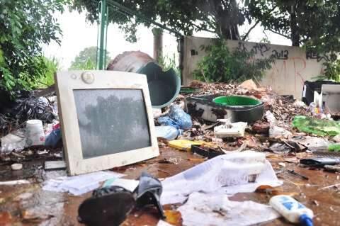 Área doada pela Prefeitura a shopping vira depósito de lixo