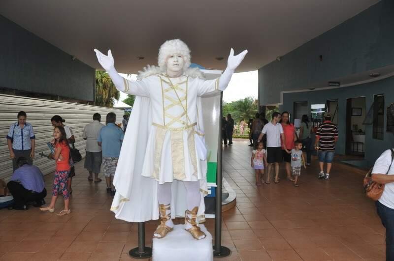 Para o dia de Finados, cemitérios colocou várias atrações, entre elas estátuas vivas (Foto: Marcelo Calazans)