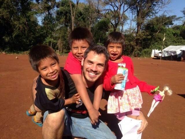 """""""Quais são as minhas lutas? Elas são sempre focadas na democracia"""", responde professor ao redor do guarani, em Dourados. (Foto: Arquivo Pessoal)"""