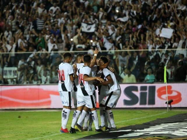 Jogadores comemorando a vitória do time ao final do jogo. (Foto: Foto: Carlos Gregório Júnior/Reprodução/Vasco)