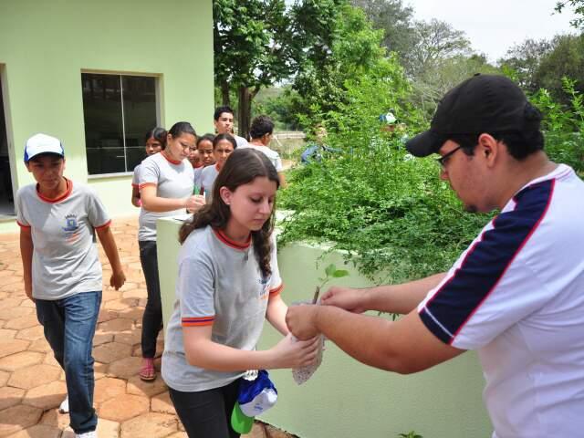 Alunos receberam mudas de árvores frutíferas ao fim de passeio. (Foto: João Garrigó)