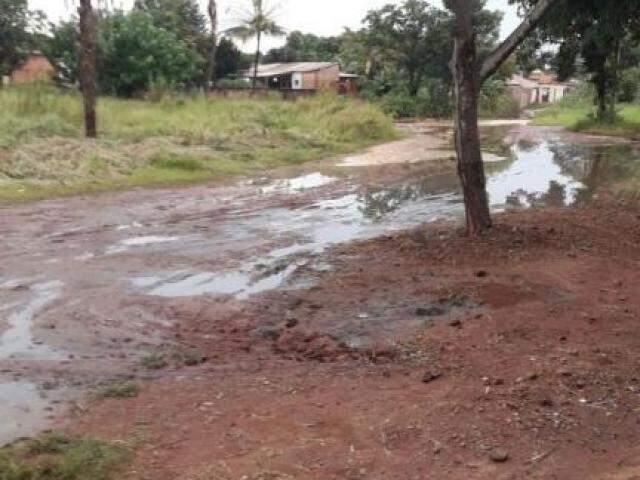 Resíduos espalhados pela rua do Jardim Campo Nobre. (Foto: Direto das Ruas)