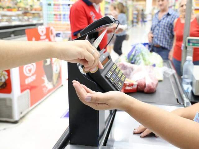 Alguns supermercados e lojas de departamento realizam arrecadações e falam para os clientes no momento da compra  (Foto: Paulo Francis)
