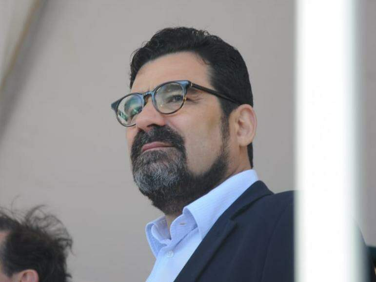 Procurador de Justiça e candidato ao Senado, Sérgio Harfouche, no palco de autoridades do desfile. (Foto: Henrique Kawaminami).