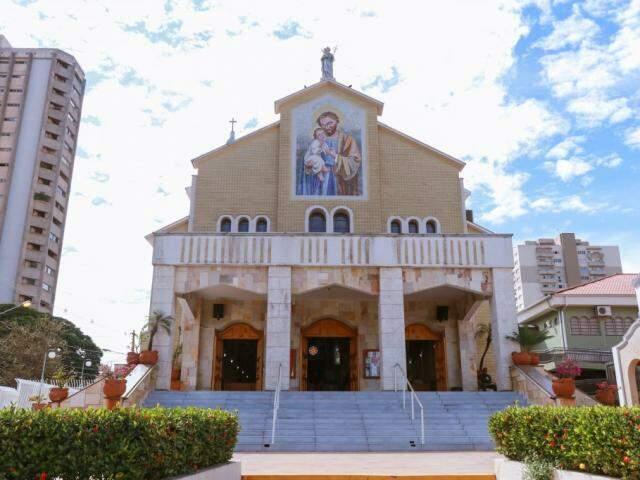 Missas ocorrem de hora em hora até as 14H30 na paróquia São José  (Foto: Henrique Kawaminami)