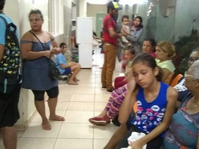 Pacientes esperando atendimento, esta noite (19) nos corredores da unidade hospitalar. (Foto: Direto das Ruas)
