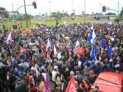 Em protesto contra cortes para UFMS, manifestantes fecham pista de avenida