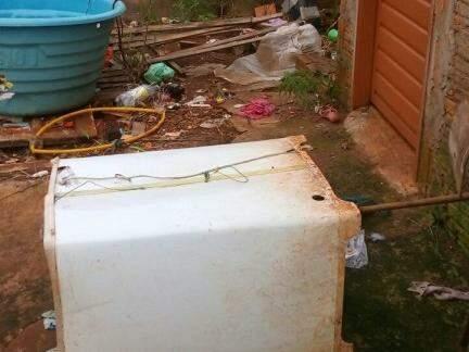 No local encontramos descartes de materiais inservíveis á lixos domésticos espalhados pelo terreno. (Foto: Direto das Ruas)