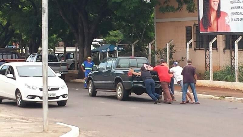 Os veículos logo foram retirados do local para não impedirem o transito pelo local.(Foto:Direto das Ruas)