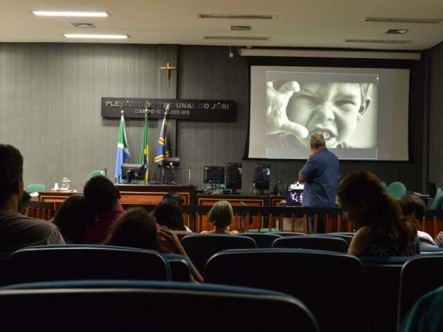 Os casais assistindo a palestra do psiquiatra, Rodrigo Abido durante a oficina (Foto: Alana Portela)