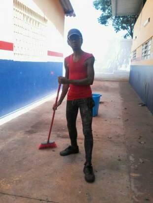 Loren no início do trabalho, na limpeza da escola.