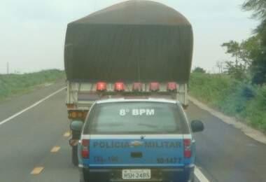 Policiais encaminharam as três carretas em comboio para o posto da PRF
