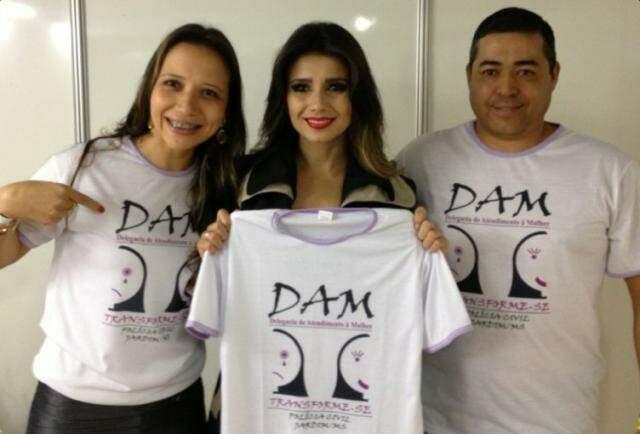 Equipe da delegacia no camarim de Paula Fernandes. (Foto: Divulgação)