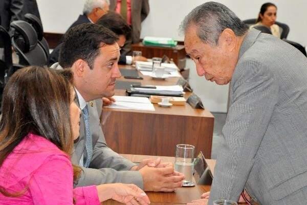 Deputados Antonieta Amorim (MDB) ao lado dos autores do projeto, Márcio Fernandes (MDB) e George Takimoto (MDB), durante sessão (Foto: Luciana Nassar/ALMS)