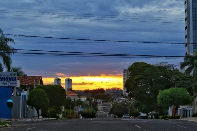 Tempo parcialmente nublado em Campo Grande, nesta segunda-feira (10). (Foto: André Bittar)