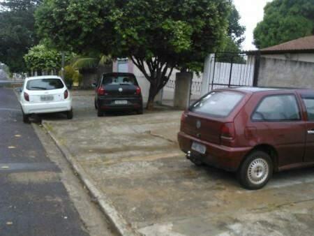 Carros estacionador irregularmente nas calçadas (foto: Direto das Ruas)