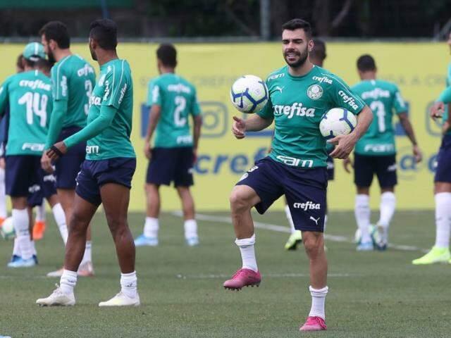 Bruno Henrique brinca durante treino do Verdão (Foto: Palmeiras/Divulgação)