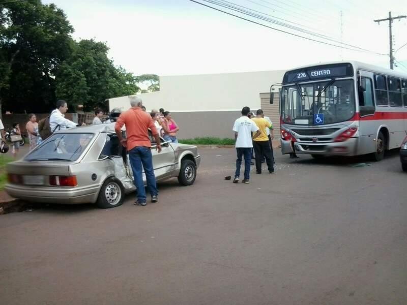 O acidente aparentemente não teve vitimas graves. (Foto: Caroline Maldonado)