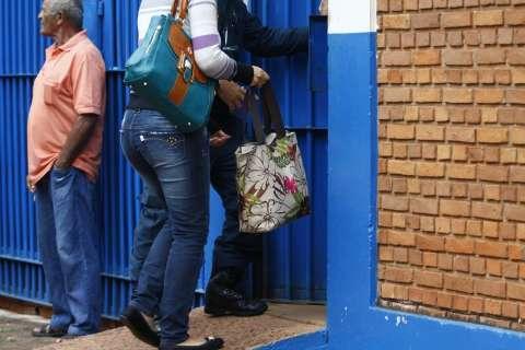 """""""Castigo"""" por causa de greve revolta mulheres de presos em dia de visitas"""