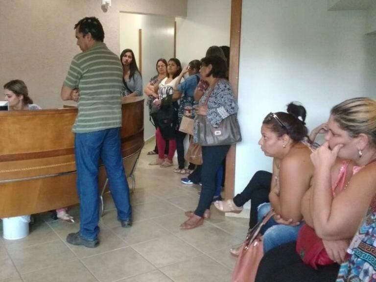 Ex-funcionários aguardam atendimento em clínica (Foto: Amanda Bogo)