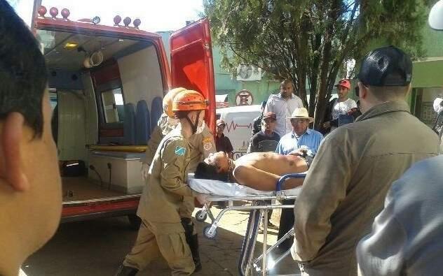 Momento da chegada de uma das vítimas no Hospital São Mateus, em Caarapó. (Foto: Miguel Vasconcellos Filho)