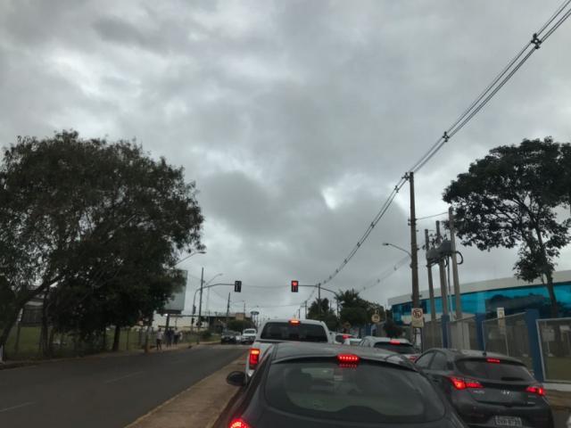 """Tempo """"fechado"""" visto pela rua Ceará em frente a Uniderp no início desta tarde (Foto: Lucimar Couto)"""