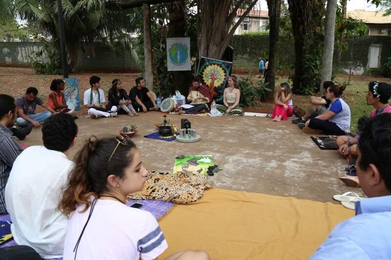 Organizados em um grande círculo, o público acompanhou antigos contos e histórias ao redor de um caldeirão. (Foto: Fernando Antunes)