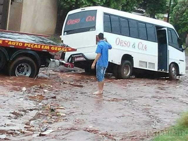 Guincho foi retirar veículo e acabou atolado, saindo após várias tentativas (Foto: Site Jornal da Nova)