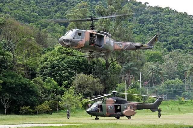 Helicóptero do Esquadrão Pelicano em ação, em Petrópolis. (Foto: Divulgação/Força Aérea)