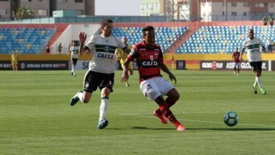 Jogadores de Coritiba e Atlético-GO disputam lance de jogo na tarde deste sábado (Foto: Site Oficial do Coritiba)