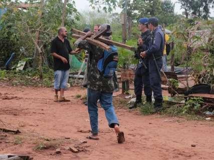 Saída de últimos moradores determina o fim de favela às margens do lixão