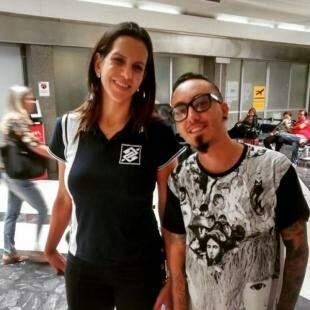 Gustavo posando com Virna, jogadora de Vôlei que passou por Campo Grande.