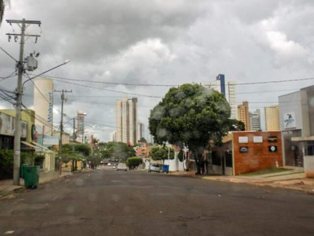O domingo foi de céu nublado e chuva entre o fim da manhã e a tarde na capital sul-mato-grossense (Foto: Paulo Francis)