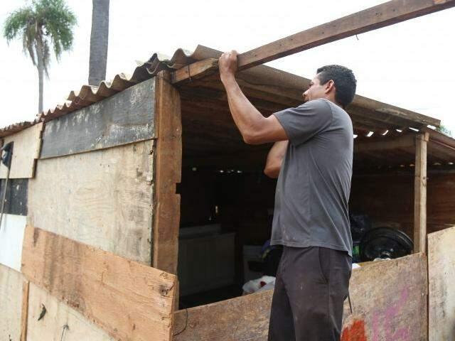 Reconstrução de barracos em área no Vespasiano Martins, após mudança de endereço da favela (Foto: Fernando Antunes)