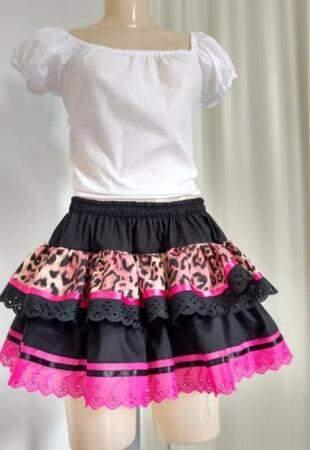 Blusa mais simples, com uma saia de babado para usar nas festas (Foto: Ateliê As Meninas)